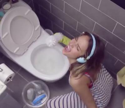 Jessica Alba También Limpia el Baño con Música