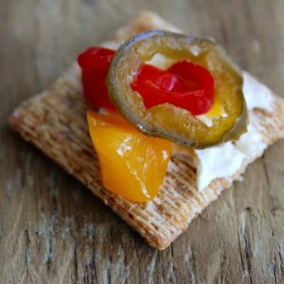 Queso Crema con Salsa de Mango y Chiles Jalapeños