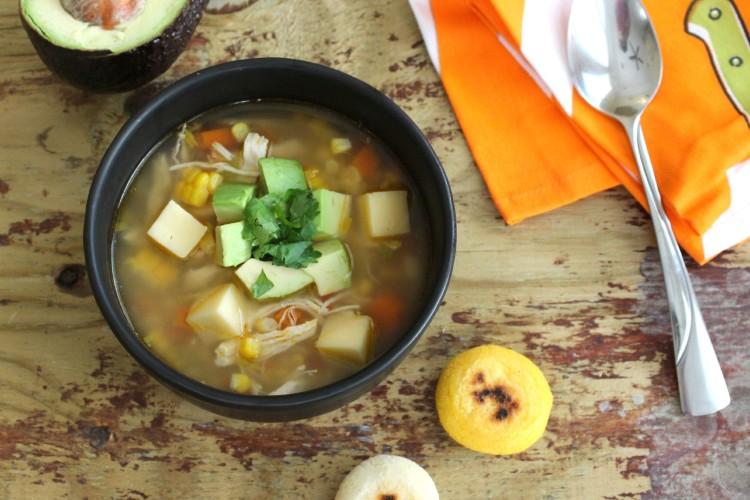 Receta: Sopa de Pollo con Aguacate y Arepa
